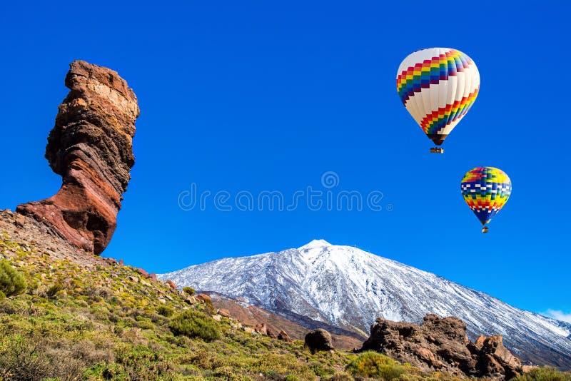 Ideia de surpresa da formação de rocha original de Roque Cinchado com Pico del Teide famoso no fundo em um dia ensolarado, Teide  fotografia de stock