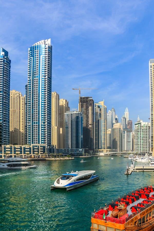 Ideia de surpresa da skyline de Dubai Marina Waterfront Skyscraper, residencial e de negócio no porto de Dubai, Emiratos Árabes U imagem de stock royalty free
