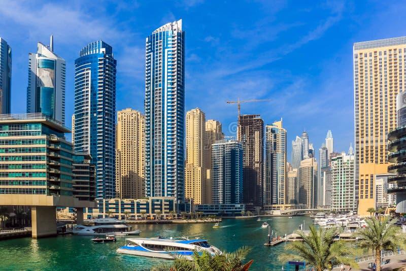 Ideia de surpresa da skyline de Dubai Marina Waterfront Skyscraper, residencial e de negócio no porto de Dubai, Emiratos Árabes U foto de stock