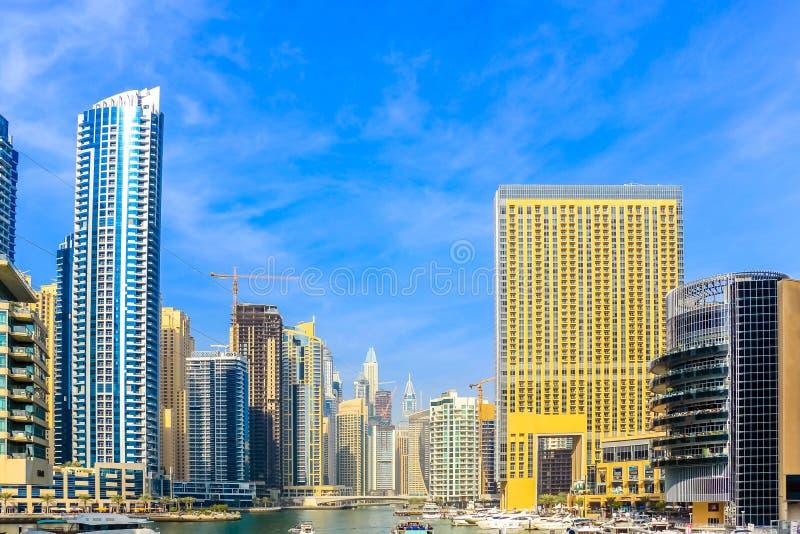 Ideia de surpresa da skyline de Dubai Marina Waterfront Skyscraper, residencial e de negócio no porto de Dubai, Emiratos Árabes U imagens de stock royalty free