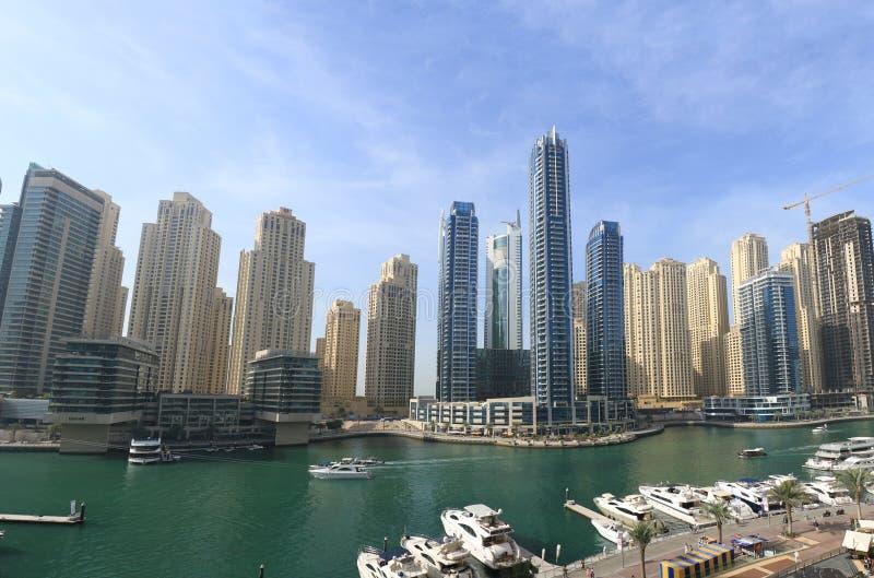 Ideia de surpresa da skyline de Dubai Marina Waterfront Skyscraper, residencial e de negócio no porto de Dubai, Emiratos Árabes U imagens de stock