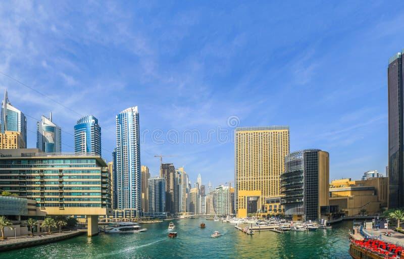 Ideia de surpresa da skyline de Dubai Marina Waterfront Skyscraper, residencial e de negócio no porto de Dubai, Emiratos Árabes U fotos de stock royalty free