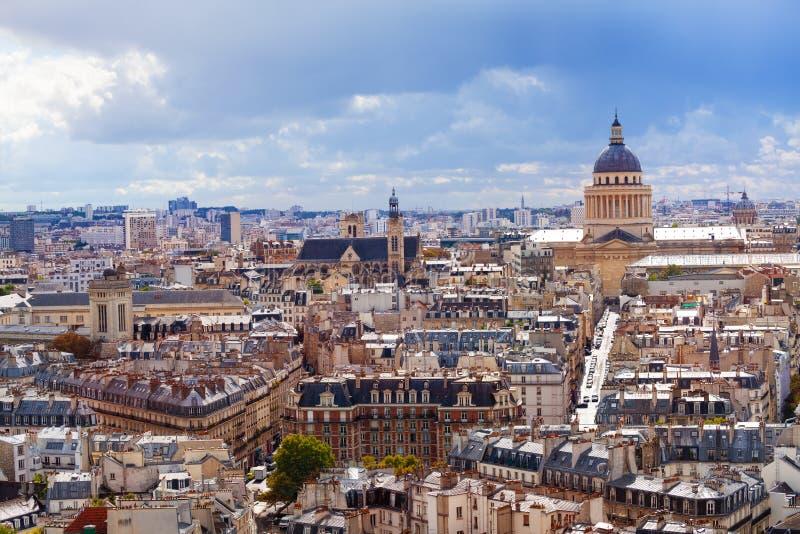 Ideia de telhados e de panteão de Paris de cima de imagens de stock
