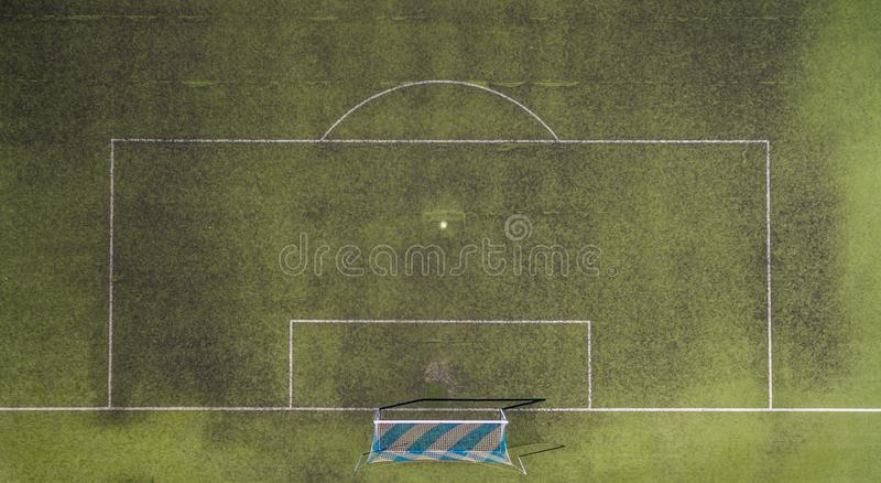 Ideia de um passo de futebol com objetivos azuis e brancos de cima de fotos de stock royalty free