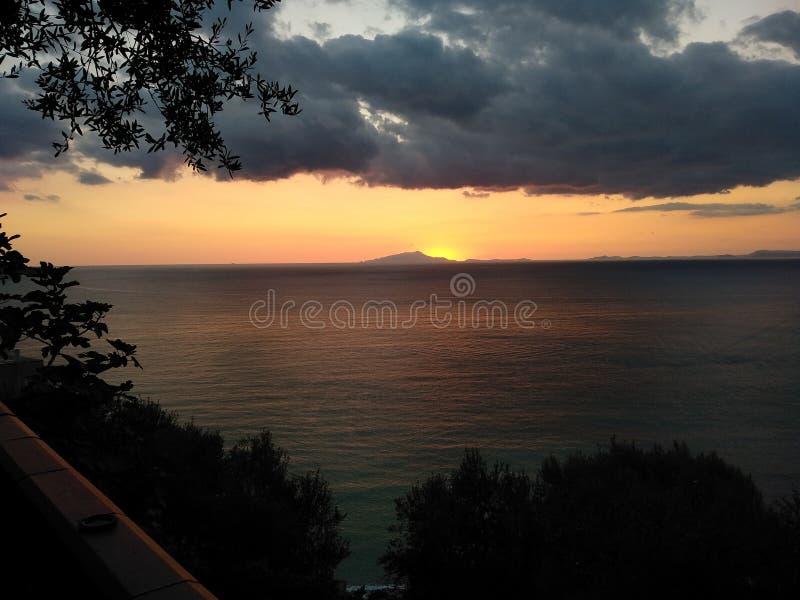 Ideia de um por do sol na costa de Sorrento imagem de stock royalty free