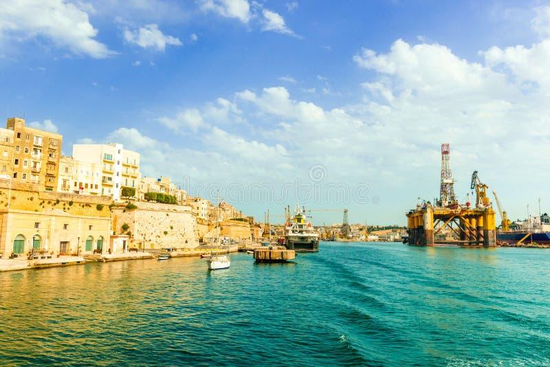 Ideia de Valletta e da plataforma de flutuação do óleo na baía de Malta fotografia de stock