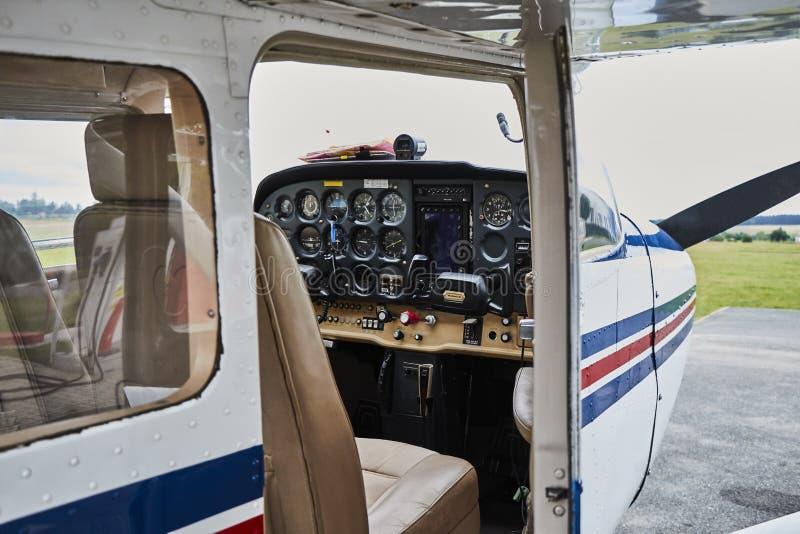 Ideia detalhada da posição interior do avião de Cessna 172 Skyhawk 2 em uma pista de decolagem imagens de stock