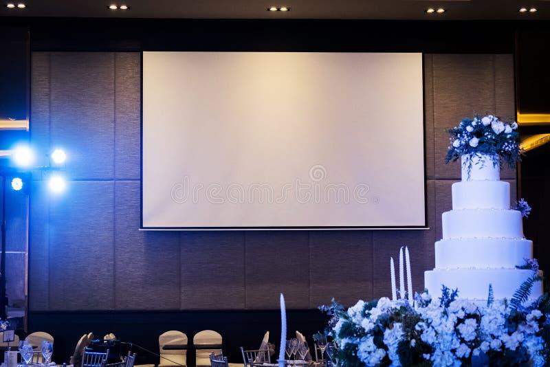 Ideia dianteira da sala do casamento com o projetor branco vazio fotografia de stock royalty free