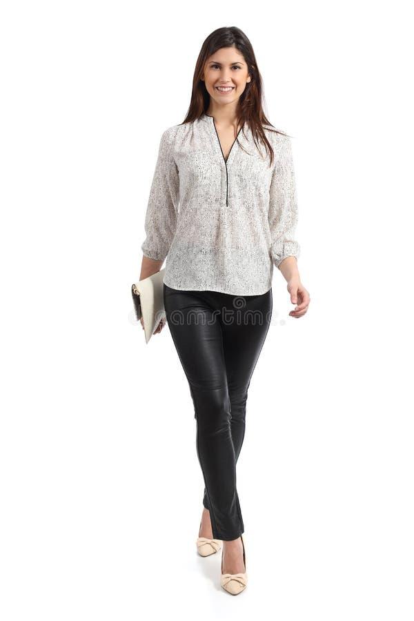 Ideia dianteira de um passeio da mulher elegante isolado fotografia de stock