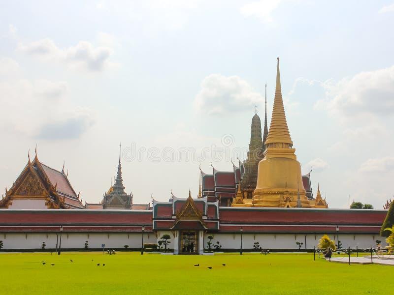 Ideia distante da entrada a Wat Phra Kaew, templo de Emerald Buddha imagem de stock royalty free