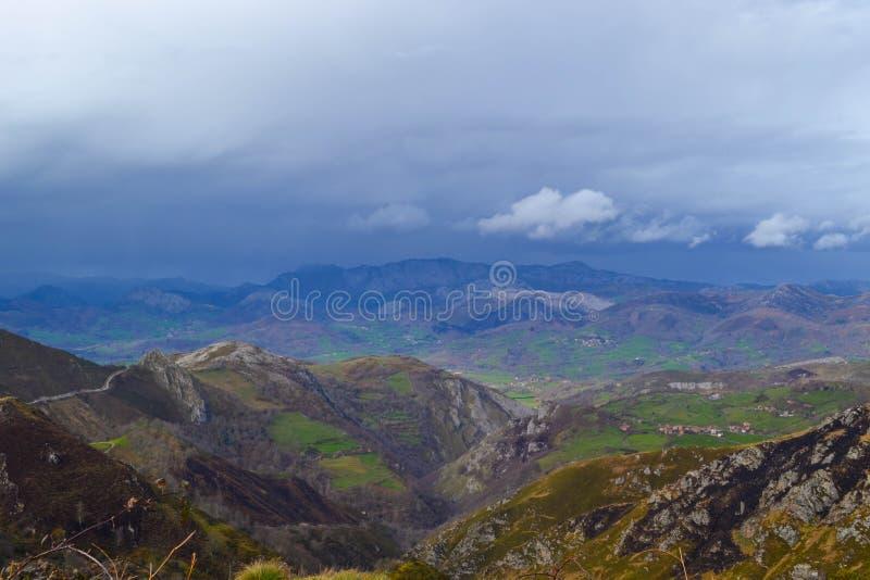 Ideia distante de um campo da parte superior de uma montanha Campo verde na fotos de stock
