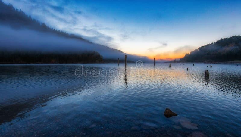 Ideia do amanhecer da borda do norte do lago Coeur d 'Alene em Idaho imagem de stock