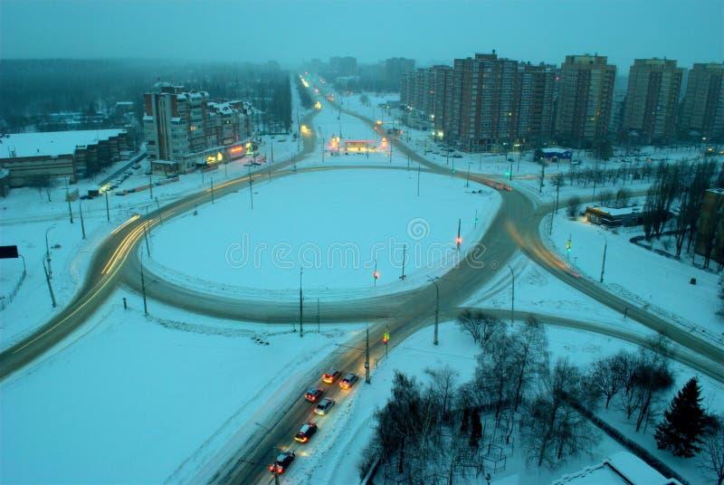 Ideia do anel da estrada na interseção de quatro ruas na cidade de Togliatti em uma manhã do princípio de janeiro foto de stock
