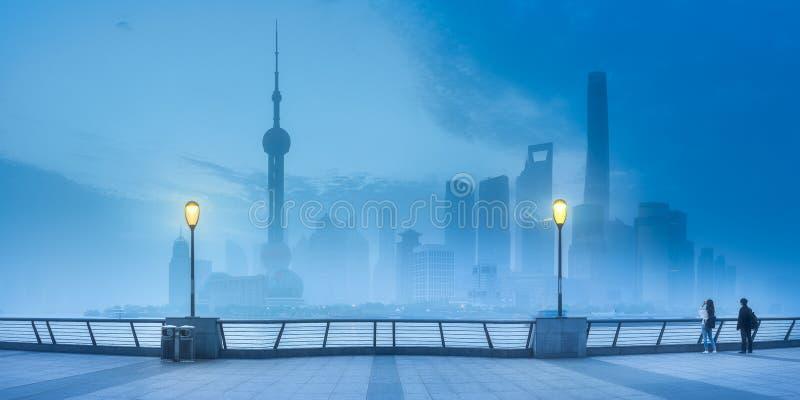 Ideia do cenário da noite da skyline de Shanghai na névoa foto de stock
