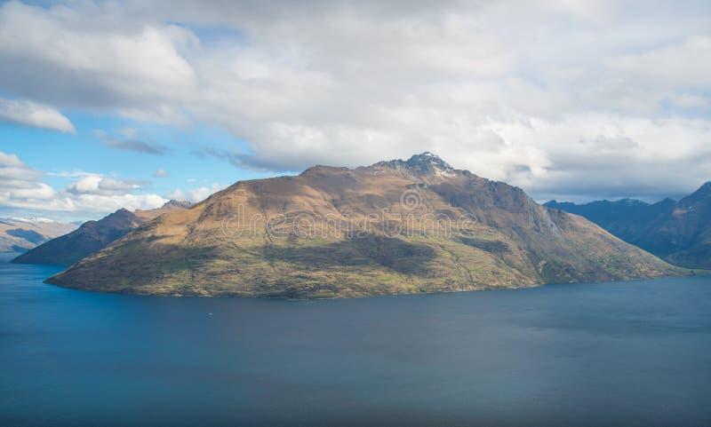 A ideia do cenário do pico de Cecil 1.974 medidores da skyline de Queenstown, Nova Zelândia fotos de stock