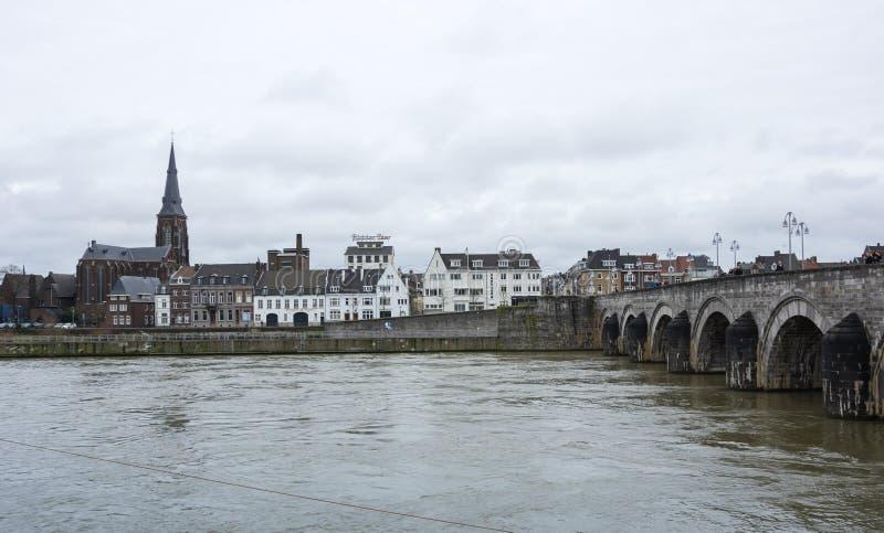 Ideia do centro de cidade de Maastricht no Rio Mosa fotos de stock royalty free