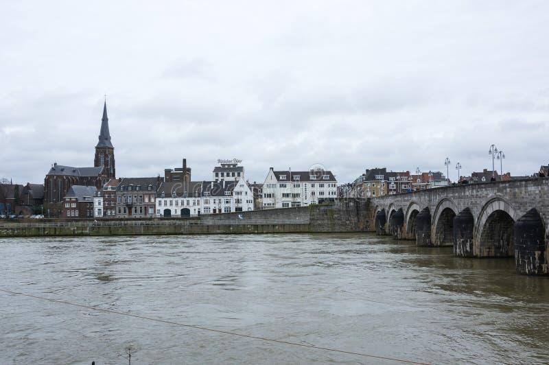 Ideia do centro de cidade de Maastricht no Rio Mosa imagem de stock
