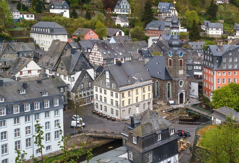 Ideia do centro de cidade de Monschau do monte, Alemanha fotos de stock royalty free