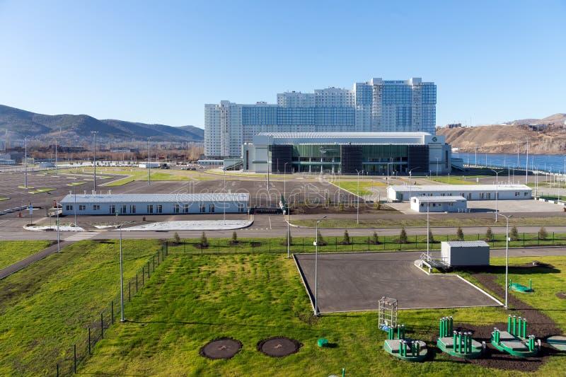 Ideia do centro de esportes da arena do gelo da platina nos alvoreceres quietos da vizinhança da cidade de Krasnoyarsk foto de stock