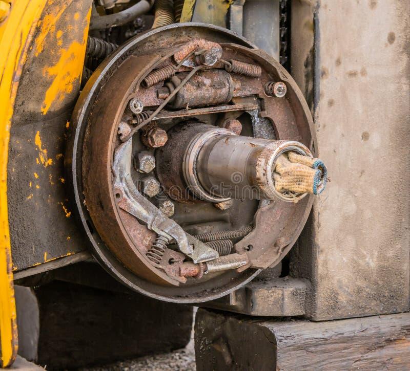Ideia do close up do conjunto oxidado exposto da sapata da ruptura imagens de stock