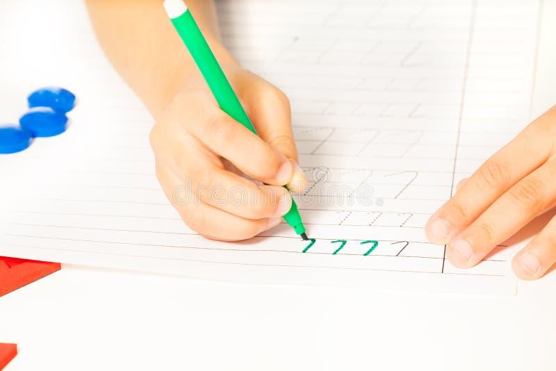 Ideia do close-up das mãos das crianças que escrevem letras imagem de stock