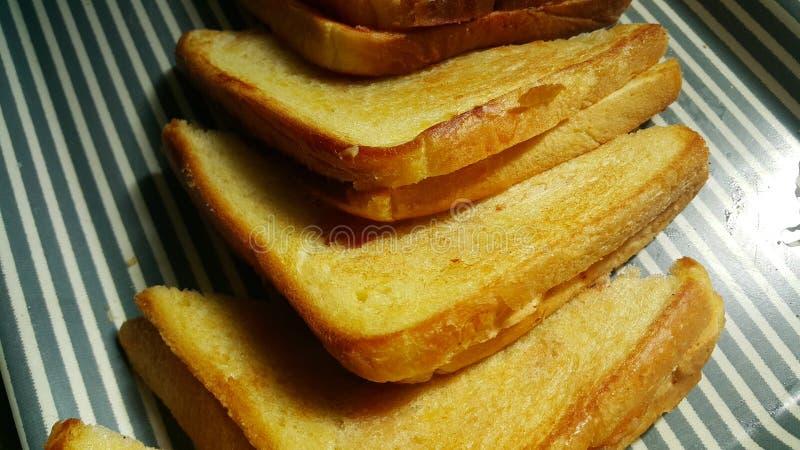 Ideia do close up de meias fatias fritadas recentemente preparadas de pão do brinde imagem de stock royalty free