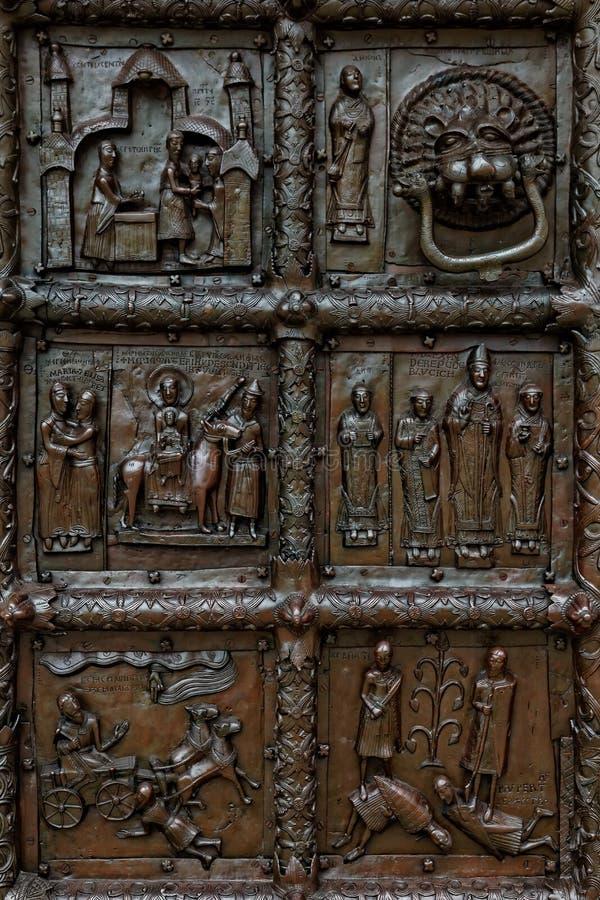Ideia do close-up de portas de Magdeburgo de Sophia Cathedral, Veliky Novgorod, Rússia fotos de stock