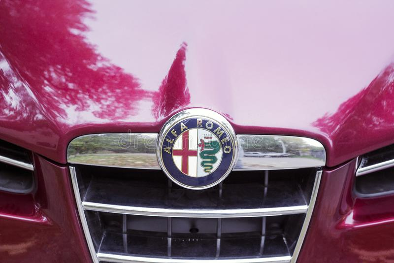 Ideia do close-up do logotipo no carro Alfa Romeo da capa fotografia de stock