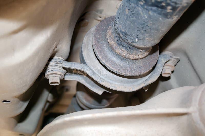Ideia do close up do rolamento externo empoeirado do eixo de hélice situado na parte inferior do carro foto de stock