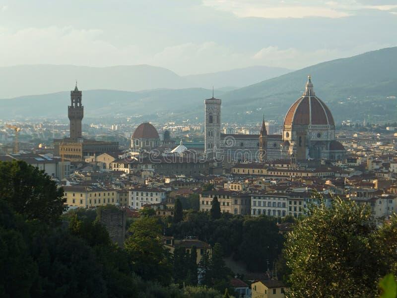 Ideia do coração de Florença: catedral Santa Maria del Fiore e torre de Palazzo Vecchio tomada do outro banco do Arno fotografia de stock royalty free