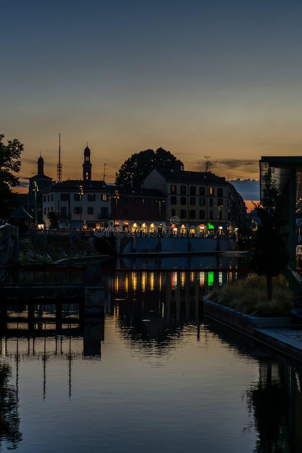 Ideia do Darsena e dos canais de água em Milão no por do sol - 1 imagem de stock royalty free
