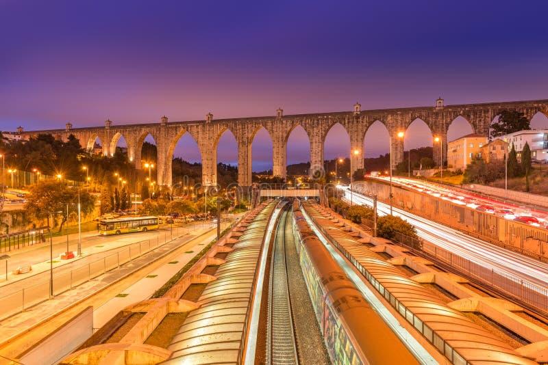 Ideia do estação de caminhos de ferro do aqueduto e do Campolide dos Livres das águas, Lisboa, Portugal imagem de stock