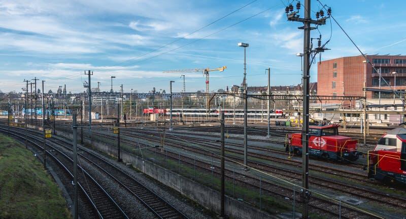 Ideia do estação de caminhos-de-ferro de Basileia e de suas plataformas foto de stock