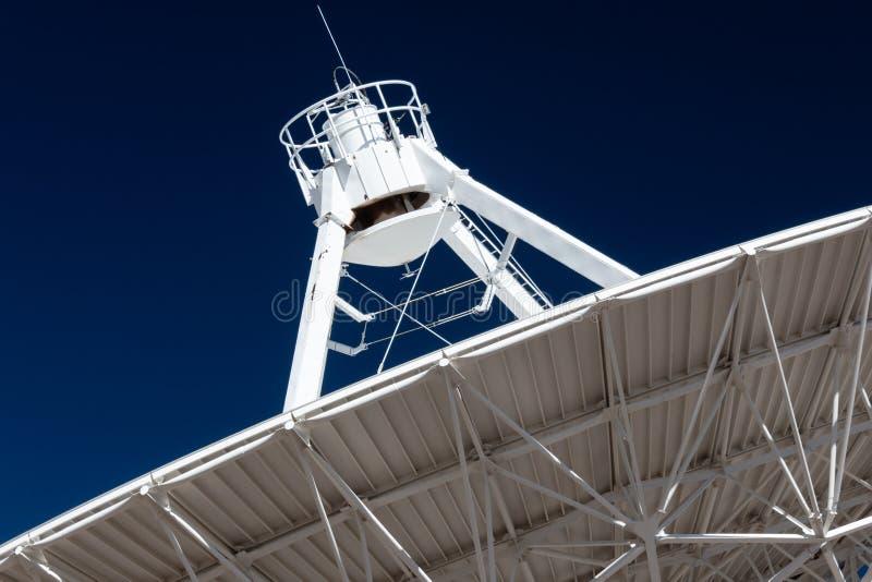 Ideia do fim de Very Large Array do lado de baixo de um prato VLA contra um céu azul profundo, exploração do espaço da antena de  fotos de stock