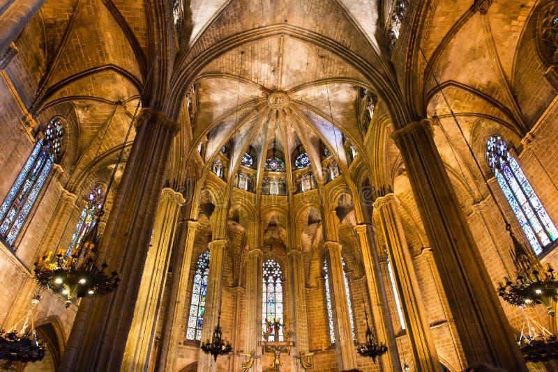 Ideia do interior da catedral da cruz e de Saint santamente Eulalia, a catedral gótico de Barcelona fotos de stock royalty free