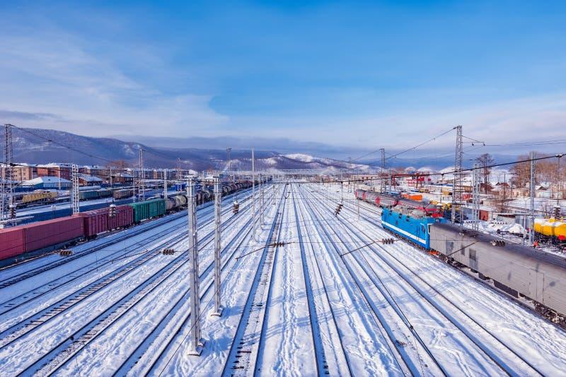 Ideia do inverno da estação de Sludanka Estrada de ferro do Siberian do transporte fotos de stock
