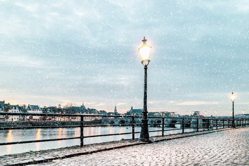 Ideia do inverno da zona leste do rio holandês Mosa em Maastric foto de stock