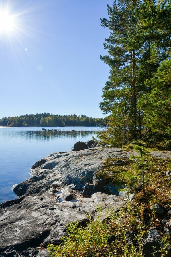 Ideia do island& x27; penhasco de s que enfrenta o lago Um amanhecer ensolarado do outono foto de stock