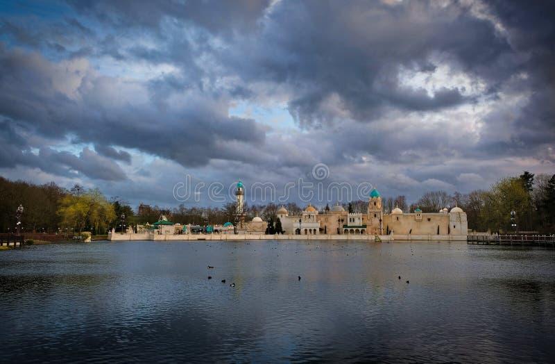 Ideia do lago e da atração árabe que constroem Fata Morgana no parque temático o Efteling foto de stock royalty free