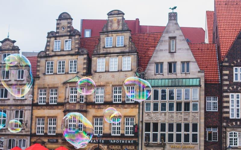 Ideia do mercado de Brema com a estátua da câmara municipal, do Roland e a multidão de povos, centro histórico, Alemanha fotografia de stock royalty free
