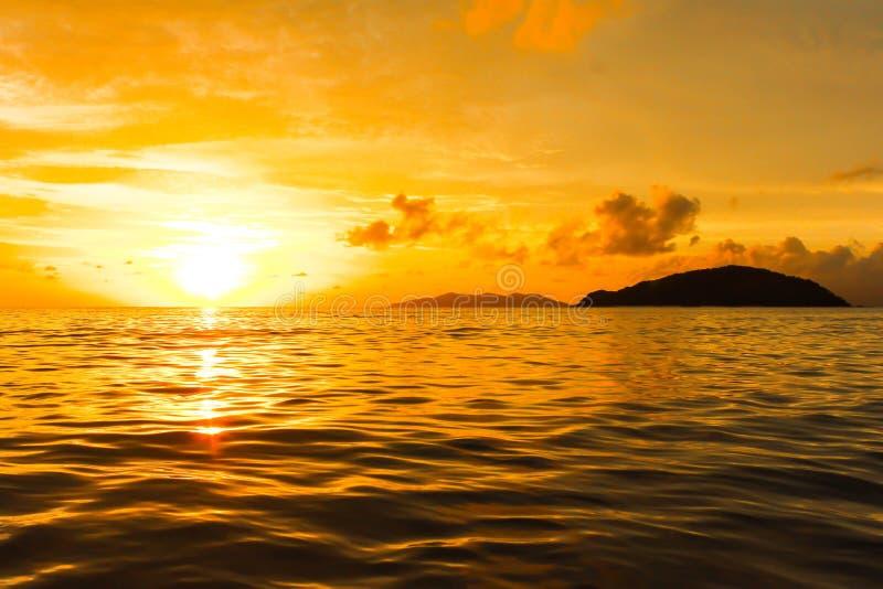 Ideia do nascer do sol do por do sol alaranjado do mar em Tailândia imagem de stock royalty free