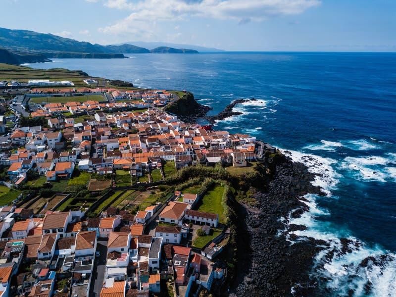 Ideia do olho do ` s do pássaro da ressaca do oceano na costa dos recifes da ilha de San Miguel, Açores fotografia de stock royalty free