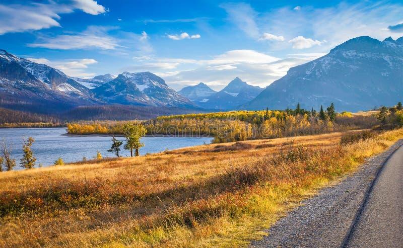 Ideia do outono de ir à estrada de Sun imagens de stock royalty free