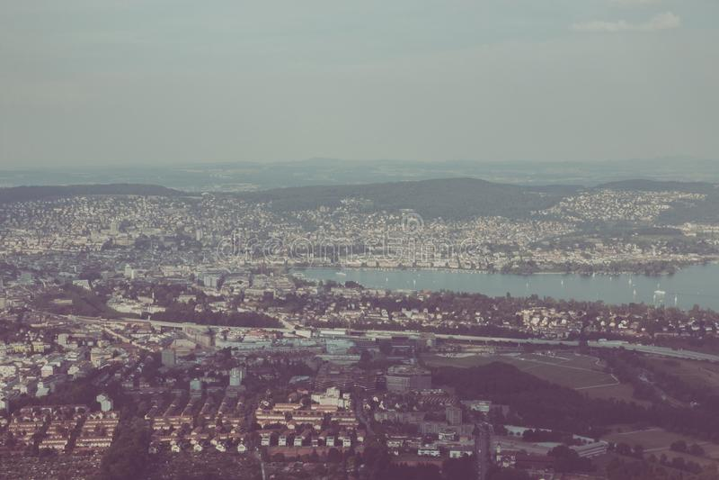Ideia do panorama do centro da cidade hist?rico com lago, cant?o de Zurique de Zurique fotos de stock royalty free