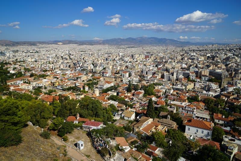 Ideia do panorama da arquitetura da cidade de Atenas da acrópole que mostra as construções brancas arquitetura, montanha, árvores foto de stock