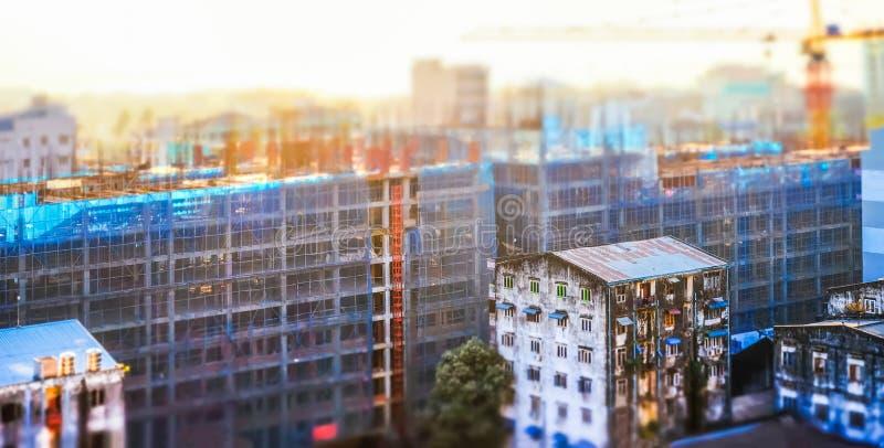 Ideia do panorama da arquitetura da cidade da construção civil no nascer do sol fotos de stock