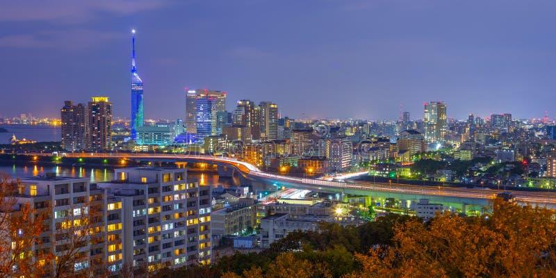 Ideia do panorama da skyline da arquitetura da cidade de Hakata na noite em Fukuoka, Japão fotos de stock royalty free