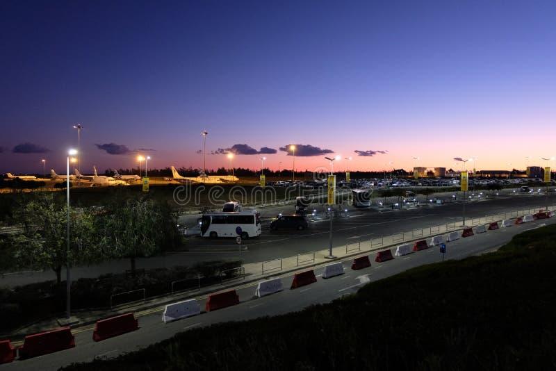Ideia do parque de estacionamento e dos planos no aeroporto internacional de Larnaca imagens de stock royalty free