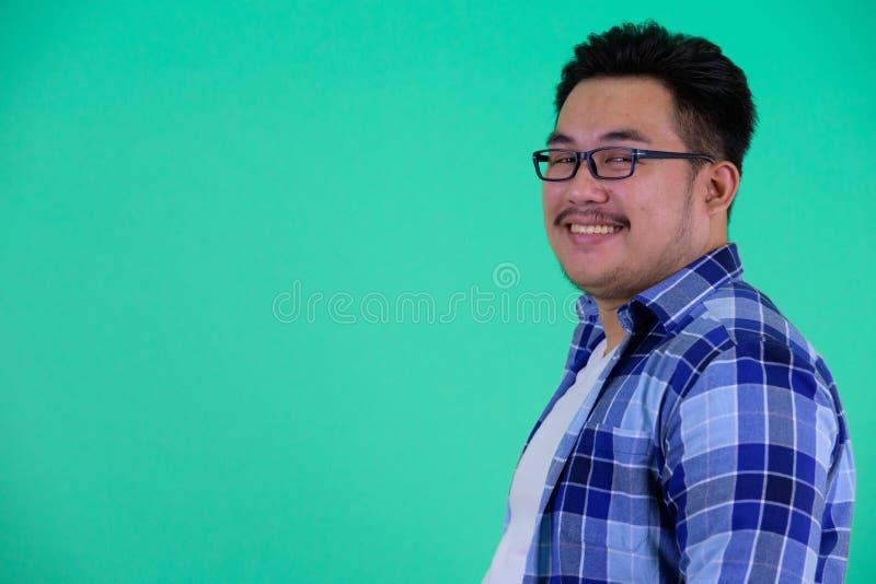 Ideia do perfil do sorriso asiático excesso de peso novo feliz do homem do moderno imagens de stock