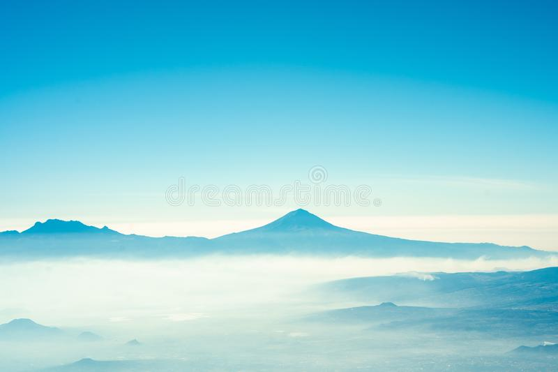 Ideia do popocatepetl de bordo com sentimento do verão do céu azul imagem de stock royalty free